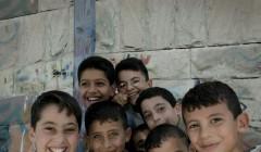 Bes¯k i Gaza, glade barn, tommelen opp.